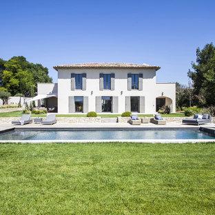 Inspiration pour une grand piscine méditerranéenne rectangle.