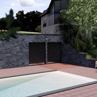 Modelo de piscina clásica renovada, rectangular, en patio trasero, con adoquines de piedra natural