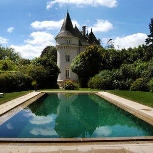 Inspiration pour une piscine traditionnelle rectangle et de taille moyenne avec des pavés en pierre naturelle.