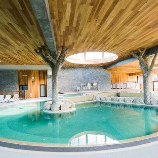 Cette photo montre une piscine intérieure montagne avec un bain bouillonnant.