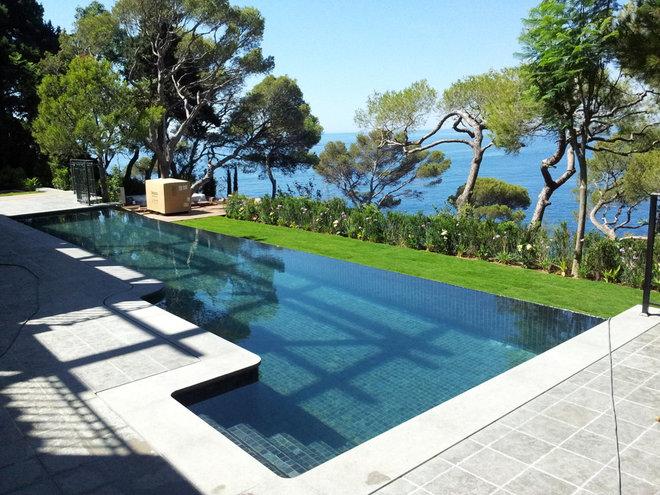 Eclectic Pool by Atelier Nelumbo Garden Design