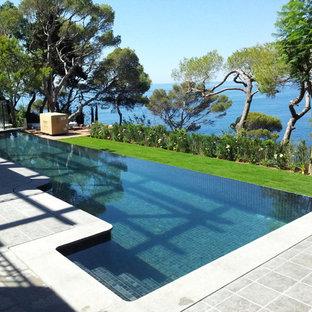 Ejemplo de piscina infinita, bohemia, de tamaño medio, en forma de L, en patio trasero
