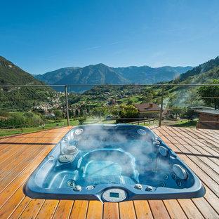 Ispirazione per una piccola piscina rustica rettangolare sul tetto con una vasca idromassaggio e pedane