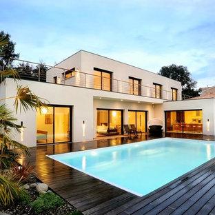 Aménagement d'une piscine arrière moderne rectangle et de taille moyenne.