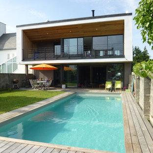 Réalisation d'une piscine sur une terrasse en bois arrière design de taille moyenne et rectangle.