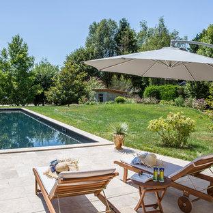 Idée de décoration pour une piscine arrière méditerranéenne rectangle.