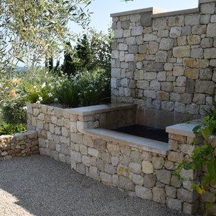 Foto de piscina con fuente infinita, contemporánea, pequeña, rectangular, en patio lateral, con gravilla
