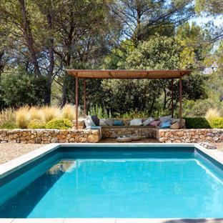 Foto di una grande piscina mediterranea rettangolare dietro casa con ghiaia