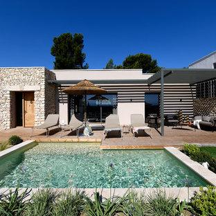 Exemple d'une piscine sur une terrasse en bois méditerranéenne en L de taille moyenne.