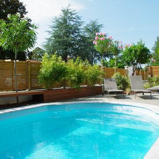 Imagen de piscina marinera, pequeña, en patio delantero, con entablado