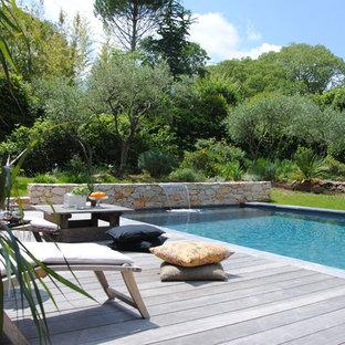 Exemple d'une piscine arrière tendance rectangle avec un point d'eau.