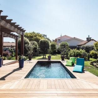 Inspiration pour une piscine sur une terrasse en bois arrière méditerranéenne rectangle.