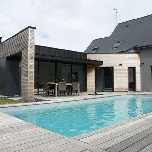 Immagine di una piscina monocorsia contemporanea rettangolare dietro casa e di medie dimensioni con pedane