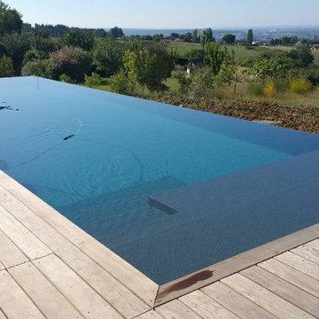 Extension d'une maison et construction d'une piscine à débordement