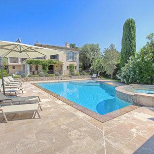 Idée de décoration pour une piscine méditerranéenne avec un bain bouillonnant et des pavés en pierre naturelle.