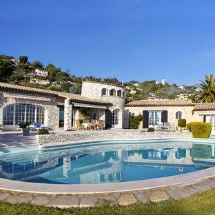Inspiration pour une grande piscine arrière méditerranéenne sur mesure.
