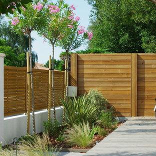 Diseño de piscina marinera, en patio delantero, con entablado