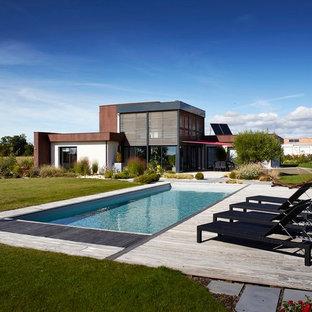Idée de décoration pour une grande piscine arrière design rectangle.