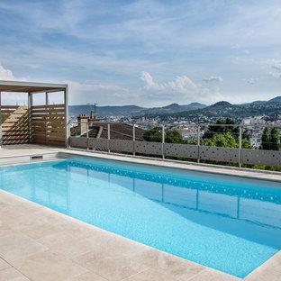 Exemple d'un couloir de nage moderne de taille moyenne et rectangle avec du carrelage.