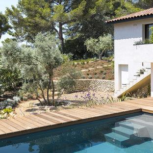 Ispirazione per una piscina monocorsia mediterranea rettangolare dietro casa con pedane