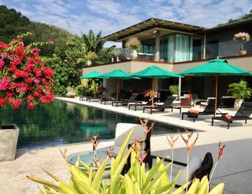 L'aménagement de la terrasse inspirée par l'opulente végétation.