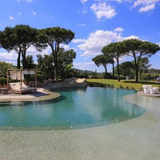 Aménagement d'une grand piscine sur une terrasse en bois naturelle méditerranéenne sur mesure.