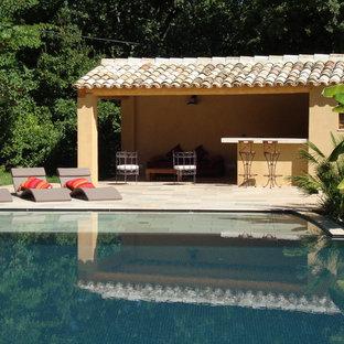 Idée de décoration pour une piscine arrière méditerranéenne de taille moyenne avec des pavés en pierre naturelle.