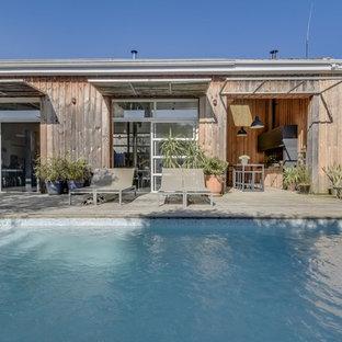 Foto de piscina industrial, grande, rectangular, con entablado