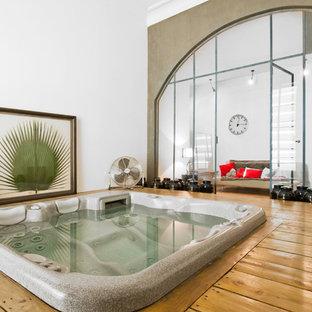 Foto de piscinas y jacuzzis asiáticos, de tamaño medio, rectangulares y interiores, con entablado