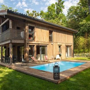 Cette photo montre une piscine sur une terrasse en bois arrière scandinave rectangle.