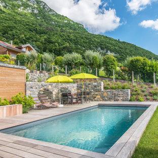 Aménagement d'une piscine sur une terrasse en bois arrière scandinave rectangle.