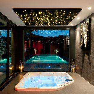 Esempio di una grande piscina coperta monocorsia contemporanea rettangolare con una vasca idromassaggio