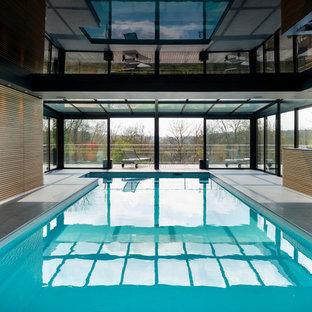 Foto di una grande piscina coperta monocorsia contemporanea rettangolare con piastrelle