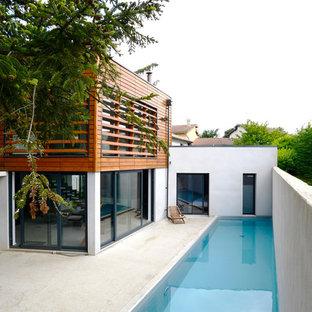 Aménagement d'un couloir de nage latéral contemporain de taille moyenne et rectangle avec une dalle de béton.