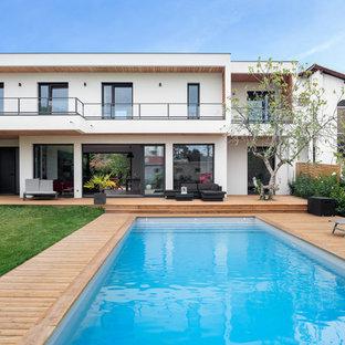 Cette image montre une piscine arrière design rectangle.