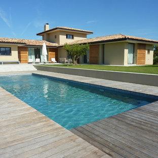 Cette image montre une piscine sur une terrasse en bois arrière méditerranéenne rectangle et de taille moyenne.