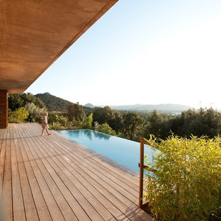 Idée de décoration pour une piscine arrière design rectangle et de taille moyenne.