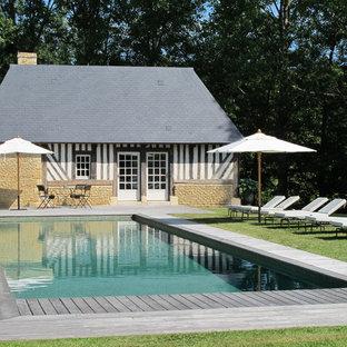 Idée de décoration pour une piscine sur une terrasse en bois tradition de taille moyenne et rectangle.