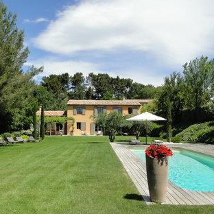 Imagen de piscina mediterránea, rectangular, en patio delantero, con entablado