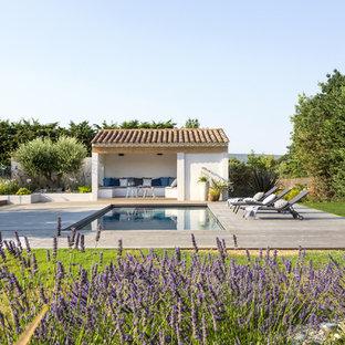 Cette photo montre une piscine arrière méditerranéenne de taille moyenne et rectangle.