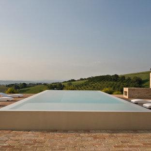 Cette photo montre une grande piscine à débordement méditerranéenne.