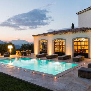 Inspiration pour une piscine arrière méditerranéenne rectangle avec du carrelage.