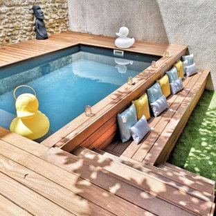 Inspiration pour une petit piscine sur une terrasse en bois hors-sol design rectangle avec une cour.