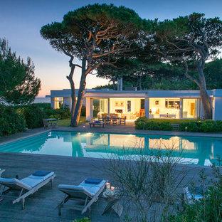 Immagine di una piscina minimal rettangolare dietro casa con pedane