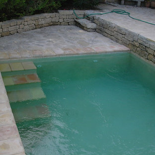 Imagen de piscina con tobogán mediterránea pequeña