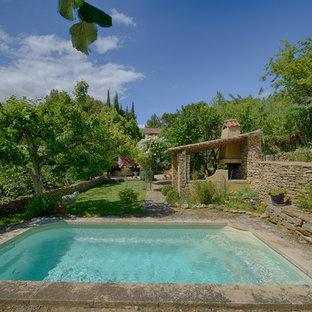 マルセイユの中くらいの長方形地中海スタイルのおしゃれな裏庭プール (タイル敷き) の写真