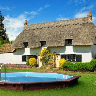 Modelo de casa de la piscina y piscina elevada, de estilo de casa de campo, redondeada, en patio trasero