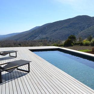 Aménagement d'une grand piscine latérale contemporaine rectangle.