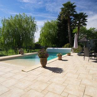 Exemple d'un couloir de nage méditerranéen de taille moyenne et rectangle avec du carrelage.