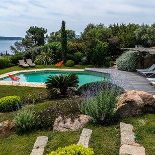 Réalisation d'une piscine arrière marine sur mesure et de taille moyenne avec des pavés en pierre naturelle.